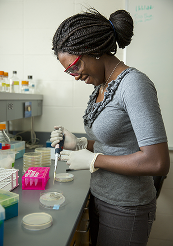 Queenster Nartey '16 in the lab
