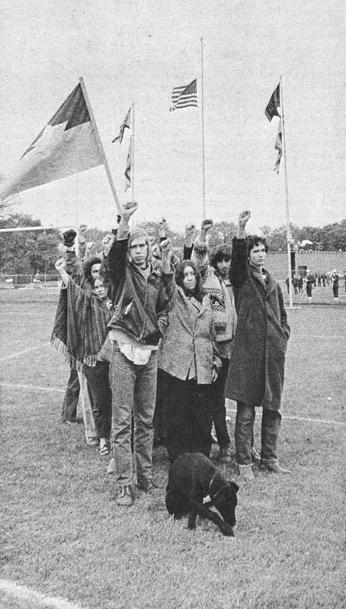Krystyna Neuman, Homecoming protesters, Fall 1969, 1969. Photograph. Published in Pterodactyl (Grinnell College), November 11, 1969.