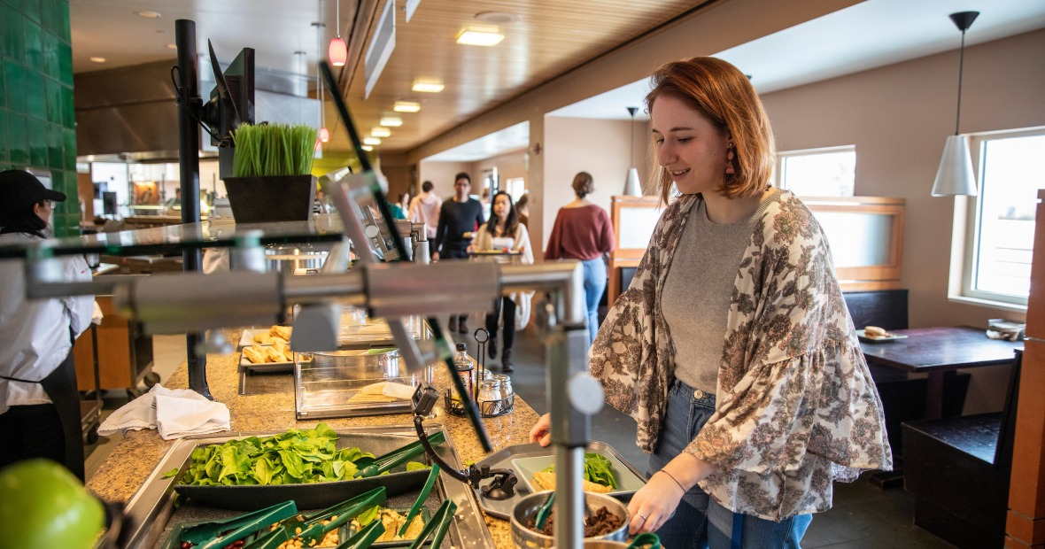 Marnie Monogue '21 makes food choices in the D-Hall