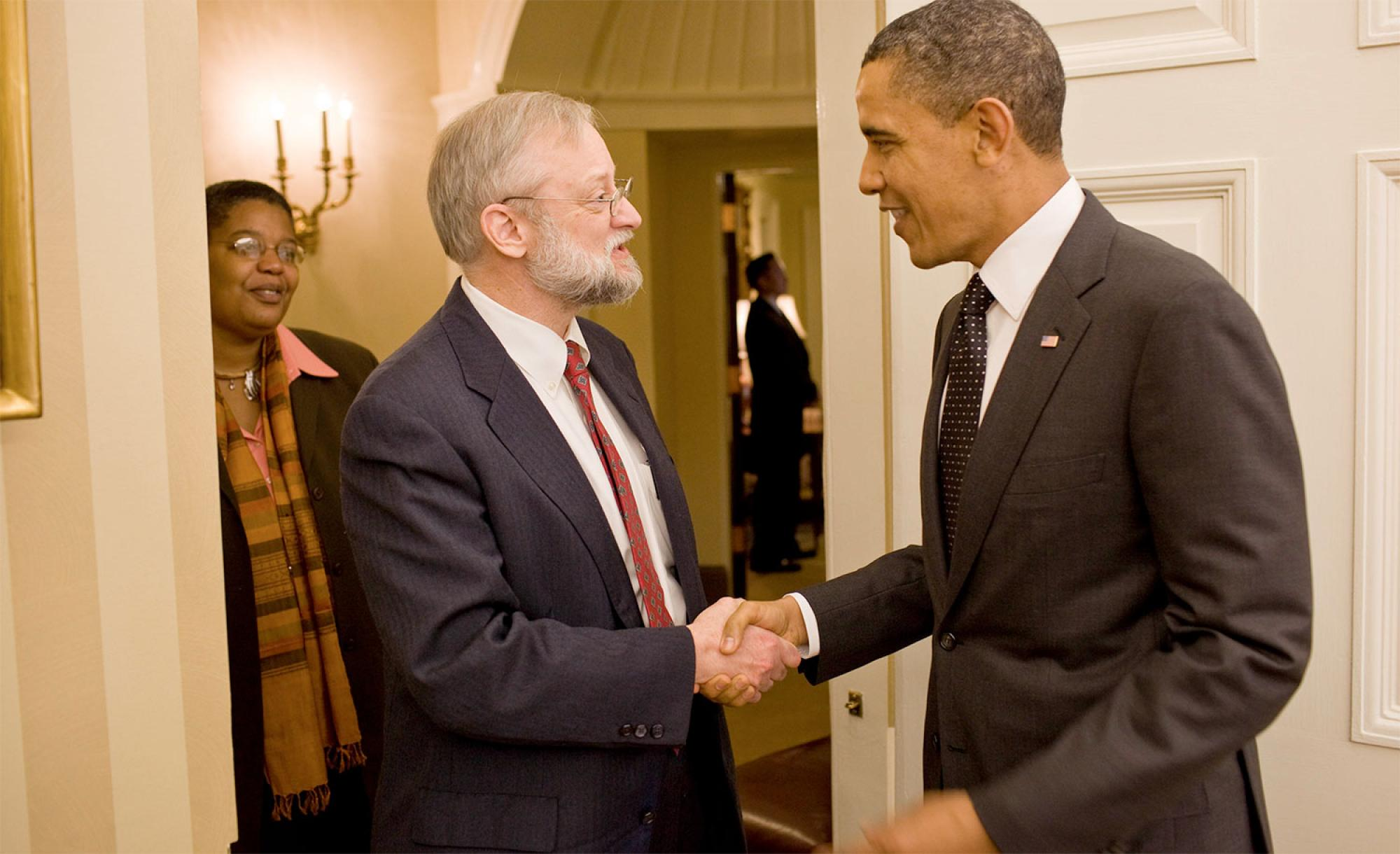 President Obama congratulates professor Jim Schwartz on the Grinnell Science Project