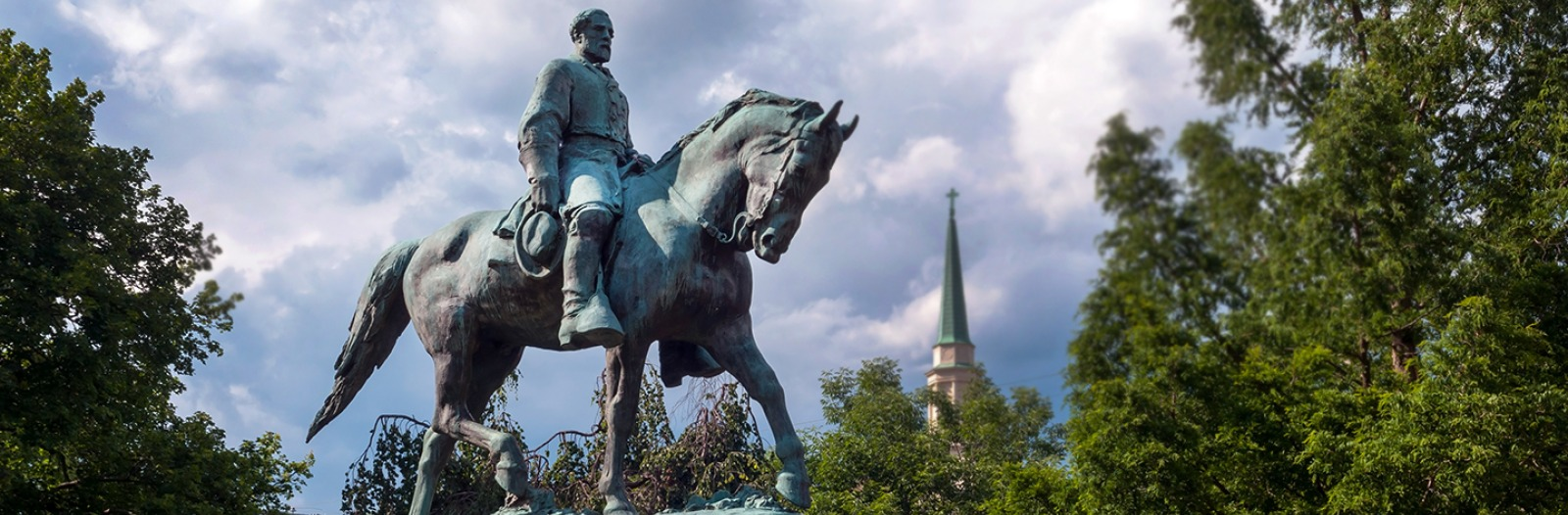 Statue of Robert E. Lee on a horse