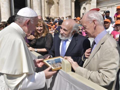 Professor Harold Kasimov presenting plaque to Pope Francis