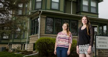 Sarah Henderson '16 and Liz Nelson '17 in front of the Grinnell Historical Museum