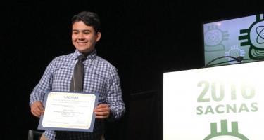 Alfredo Colina accepts the 2016 SACNAS Student Presentation Award
