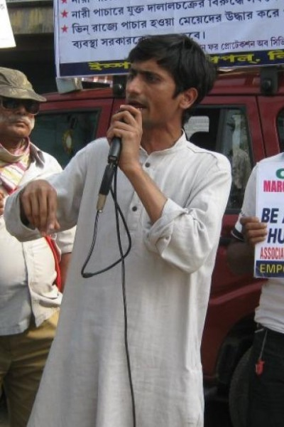 Shafiq Khan addresses a crowd at a march in India